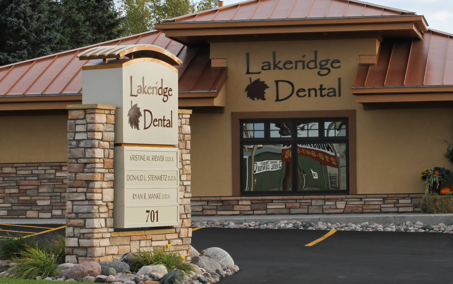 Lakeridge Dental Monument Sign and Storefront Detroit Lakes MN
